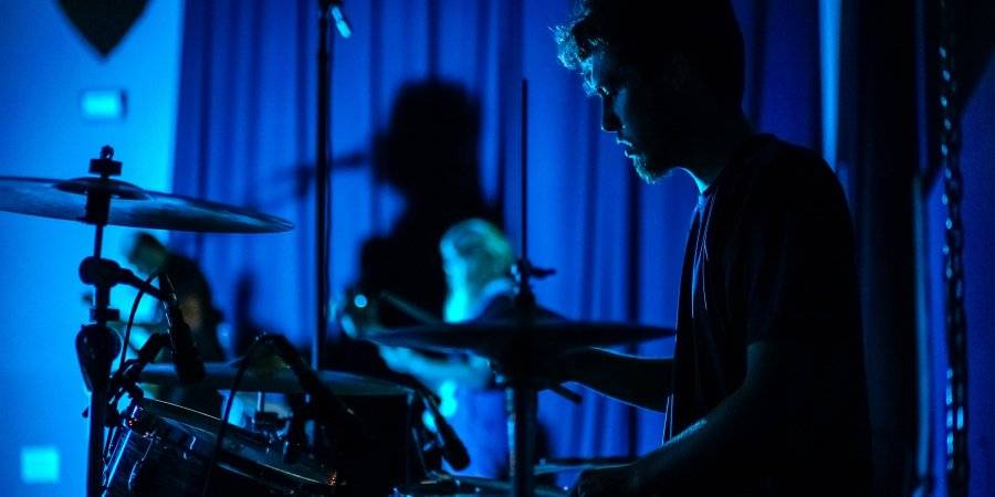 How to Become a Better Drummer – 5 Practical Tips and Tricks